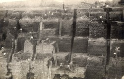 In the early years of the Fletton brick industry at Calvert, early 20th Century, clay was extracted entirely by hand..
